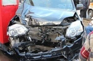 В Николаеве автомобиль «Nissan X-Trail » вылетел на бордюр – есть пострадавшие