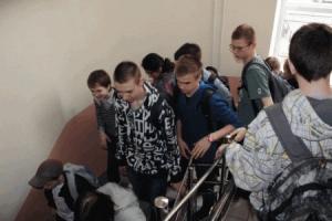 Местные активисты Южноукраинска увольняют директора школы - члена партии регионов