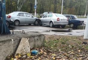 В Херсоне на мокрой дороге столкнулись четыре машины