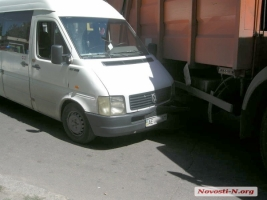 В Николаеве нелегальная маршрутка столкнулась с нелегальным мусоровозом