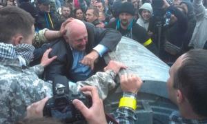 Заместителя председателя Ровенского облсовета активисты выбросили в мусорный бак под крики «Ганьба!»