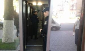 Сотрудники военной прокуратуры проводят выемку документов в центральном офисе Государственной пограничной службы Украины