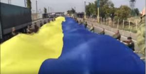 На границе с Крымом активисты развернули огромный флаг Украины