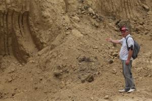 Незаконный вывоз грунта разрушает склон Днестра в Одесской области