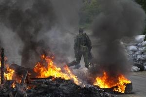 В Луганской области боевики из артиллерии обстреляли поселок Стахановец. Огнем охвачены жилые дома