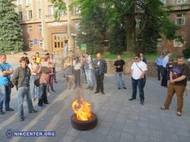 Возле Николаевской ОГА общественники подожгли шину и обратились к Президенту