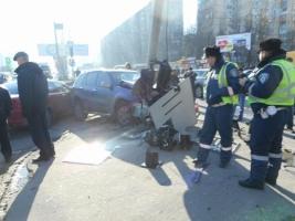 В Одессе внедорожник снес столб на оживленном перекрестке - двоих пострадавших госпитализировали