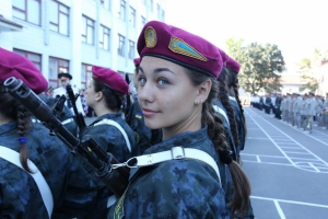 В украинской армии появляется все больше женских лиц - девушки проходят курс молодого бойца