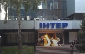 В Киеве подожгли вход в офис телеканала Интер