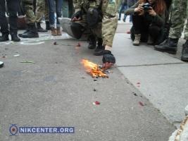 Одесский «Правый сектор» сжег георгиевскую ленточку у Дома профсоюзов