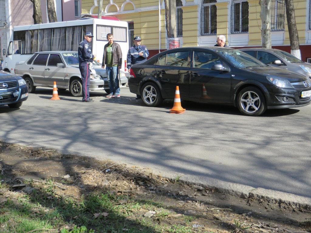 В Николаеве возле здания областного УМВД столкнулись две легковушки