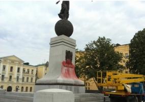 Ночью в Харькове неизвестные облили краской памятник Независимости Украины на площади Конституции