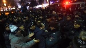 В Армении в столкновениях с полицией ранены 14 человек