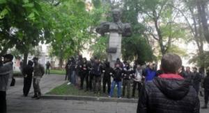 Во Львове националисты пытались снести памятник советскому писателю Тудору