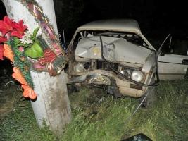 На Николаевщине ВАЗ въехал в электроопору - двое погибших