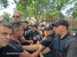 Активисты пытались прорваться в Одесскую мэрию сквозь оцепление охраны и слезоточивый газ
