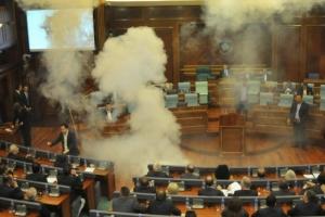 Оппозиционеры в Косово бросили в зал парламента гранату со слезоточивым газом