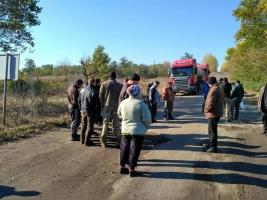 В Первомайском районе жители перекрыли трассу и требуют ограничить движение большегрузного транспорта, «убивающего» дороги