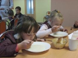 На Николаевщине школьники недоедали из-за того, что работница столовой воровала продукты