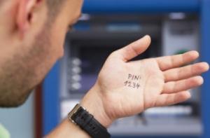 Житель Первомайска сообщил мошеннику пин-код кредитной карты и лишился 2000 грн.