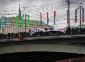 «Вам, гадам, недолго осталось» - в Москве и Санкт-Петербурге развернули антипутинские баннеры