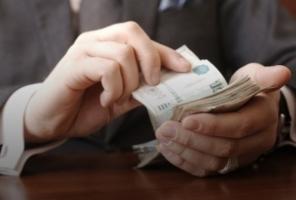 С 1 мая госслужащие будут получать повышенную зарплату