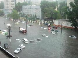 Непогода в Одессе: ливень затопил машины на стоянках и остановил движение трамваев: ФОТО, ВИДЕО