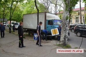 По ул. Большой Морской в центре Николаева грузовик врезался в светофор