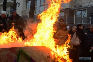 Одесситы принесли гроб для президента РФ под стены российского консульства