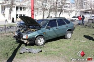 В центре Николаева из-за ямы на дороге «девятка» врезалась в рекламный щит