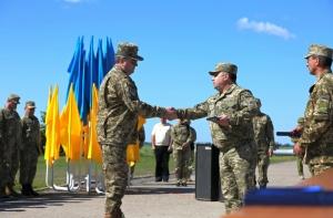 Министр обороны побывал на Николаевщине и вручил награды военнослужащим