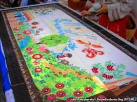 В Украине изготовили рекордную 40-киллограмовую шоколадку, украшенную народной живописью