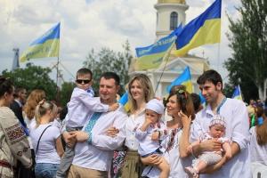Тысячи николаевцев в вышиванках проголосовали за единую Украину, развернув самый большой в мире украинский флаг