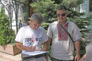 В Николаеве прошел пикет против уничтожения соснового урочища в Корабельном районе