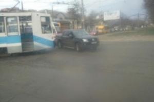 В Николаеве возле зоопарка столкнулись трамвай и пикап