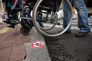 Для херсонских инвалидов хотят сделать низкими бордюры в парках и скверах