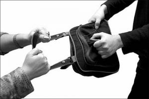 В центре Николаева неизвестные ограбили четырех прохожих