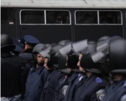 Активисты Евромайдана пытаются перебросить автобусы с правоохранителями