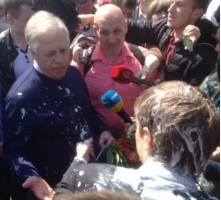 В Киеве лидера КПУ облили кефиром