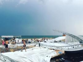 На фестивале под Одессой шквальный ветер разрушил сцену, есть погибший и пострадавшие