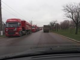 В Николаеве грузовые машины превратили Херсонское шоссе в стоянку