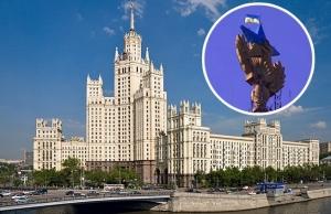 В центре Москвы на легендарной высотке перекрасили звезду в национальные цвета Украины и вывесили украинский флаг