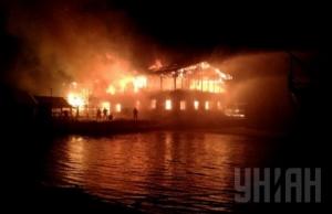 В Киеве несколько часов тушат пожар в ресторане