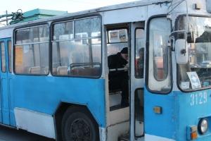 В Николаеве водитель троллейбуса не справился с управлением и врезался в «Рено»