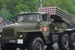 Боевики провели в Донецке парад с танками и