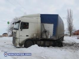 В Николаеве грузовик уже четыре дня не может выехать из снежного заноса. Спасатели и дорожники только разводят руками