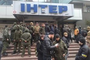 «Азовцы» заблокировали все входы в здание телеканала «Интер»