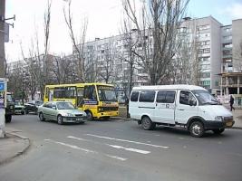 В Николаеве водитель маршрутки избил 16-летнего парня, переходившего улицу на красный свет