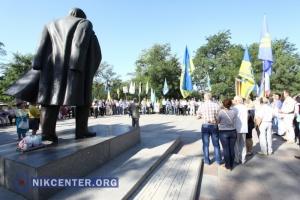 В День независимости николаевцы возложили цветы к памятникам Шевченко и Черноволу (ФОТО)