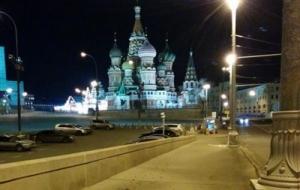 Ночью с места убийства Немцова неизвестные убрали цветы, свечи и фото